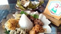 Nasi bancak berupa nasi tumpeng mini atau kecil disajikan dalam wadah anyaman lidi lengkap dengan lauknya. Total ada 37 menu makanan dan 15 mini camilan serta 43 jenis minuman yang disediakan di Mbah Djoe Resort. (Sugeng Harianto/detikTravel)