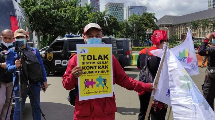 Massa KSPI Demo di Patung Kuda Tolak Omnibus Law