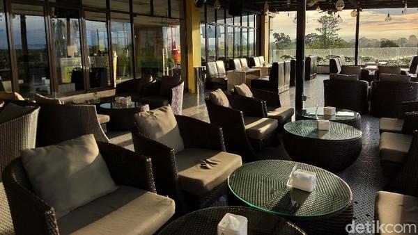 Kafe dan resto yang berada di lantai 5 ini termasuk salah satu bangunan tinggi yang juga ada di pusat kota Putussibau.