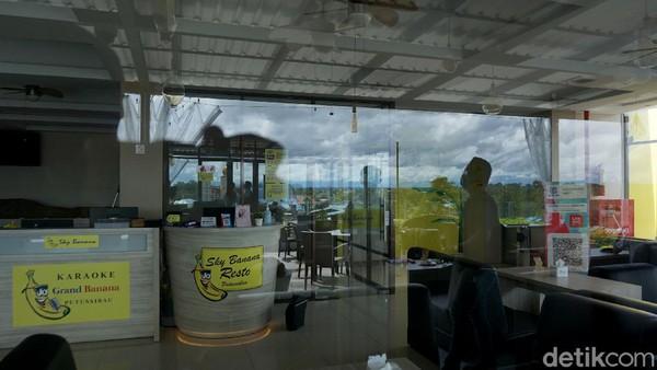 Dari lantai 5 hotel Grand Banana, Kota Putussibau itu, kita juga bisa santai dan bersenda gurau dengan rekan ataupun kerabat sambil menikmati senja bila kondisi dan cuacanya memungkinkan.