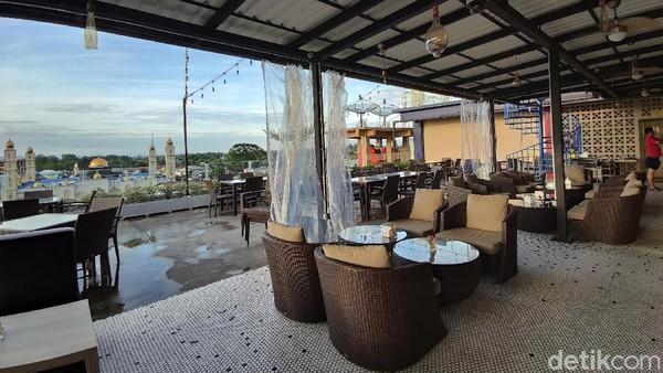 Hotel ini juga menjadi salah satu rekomendasi bagi wisatawan domestik ataupun mancanegara yang ingin bertandang di batas negeri.