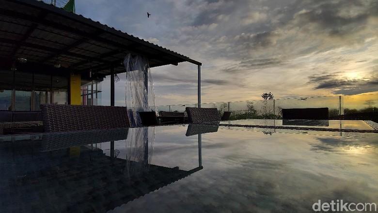 Selain menjadi rekomendasi satu-satunya hotel yang berstandar bintang 3 dibatas negeri, Hotel Grand Banana, di Kota Putussibau, Kapuas Hulu, Kalimantan Barat ini juga menawarkan sensasi berbeda di atas rooftopnya.