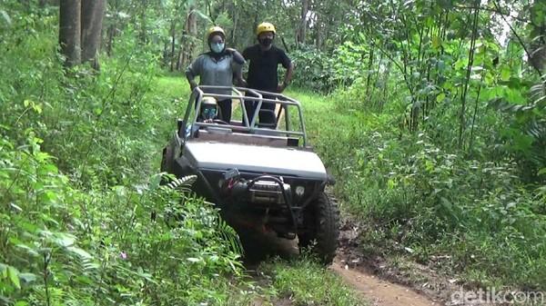 Kalau untuk yang short medannya tidak terlalu ekstrem, hanya jalan makadam, bebatuan dan aspal. Kita hanya akan diajak keliling destinasi Tampomas, cocok untuk wisata keluarga.