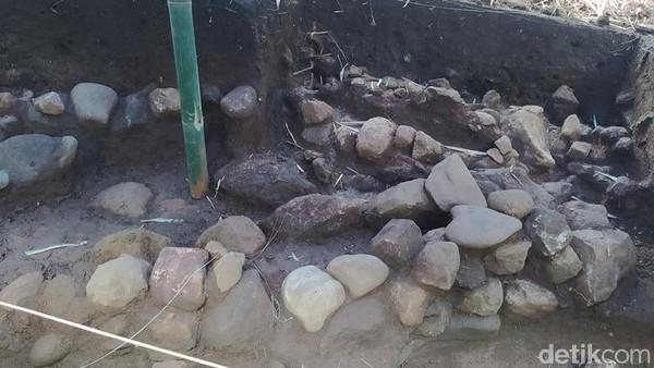 Struktur ini masih berhubungan dengan Candi Pawon. Saat dilakukan ekskavasi, ditemukan fragmen stupika atau stupa kecil. Untuk itu struktur yang ditemukan tersebut diduga berlatar Buddha. (Eko Susanto/detikTravel)