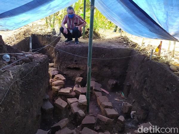 Lokasi penggalian ini berada di bawah rerimbunan pohon bambu dengan kedalaman sekitar 80 cm. Tim menemukan struktur bata dari tanah liat. Kemudian, dilakukan penggalian lagi dan menemukan struktur bebatuan alam yang diduga bawah tangga. (Eko Susanto/detikTravel)