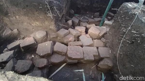 Saat disinggung perihal struktur bangunan yang ditemukan berupa candi, Tim Ahli belum bisa menjelaskan secara pasti struktur bangunan tersebut. Nantinya, temuan ini akan diteliti lebih lanjut. (Eko Susanto/detikTravel)