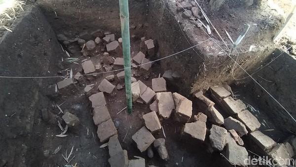 Untuk mengamankan dari tangan jahil, temuan berupa satu lubang yang berupa struktur batu bata, kemudian satu lubang lagi berupa struktur dari bahan batu alam, ditutup terpal. Tindak lanjut dari temuan ini, nantinya masih akan dibicarakan dengan pihak-pihak terkait. (Eko Susanto/detikTravel)