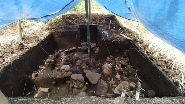 Petugas Balai Konservasi Borobudur (BKB) menemukan struktur kuno berupa batu bata yang lokasinya tak jauh dari Candi Pawon. Struktur ini masih misterius. (Eko Susanto/detikTravel)