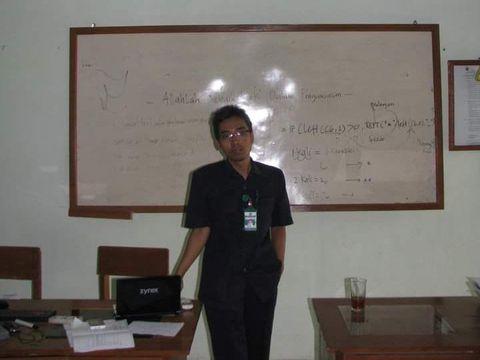 Setya Amrih Prasaja menggerakan penggunaan aksara Jawa kepada siswanya dengan memanfaatkan teknologi.