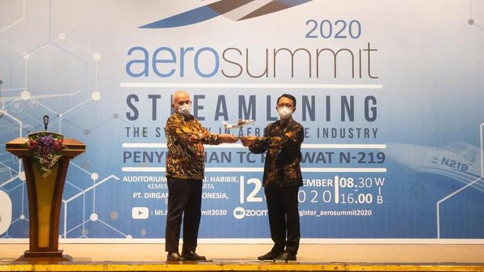 Penyerahan model pesawat dari PT DI ke Pemprov Aceh (dok. Istimewa)