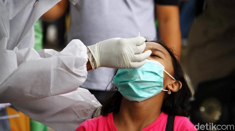 Polda Metro Jaya mengadakan rapid test antigen gratis dalam Operasi Lilin Jaya 2020. Salah satu lokasi rapid test antigen berada di pos wilayah Cilandak.