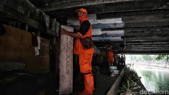 Deretan rumah bedeng di kawasan bantaran Sungai Ciliwung kini digusur petugas PPSU. Mensos Risma menjanjikan rumah untuk para pengemis tersebut.
