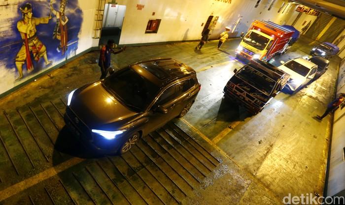 Toyota Corolla Cross Hybrid Melintas Selat Bali
