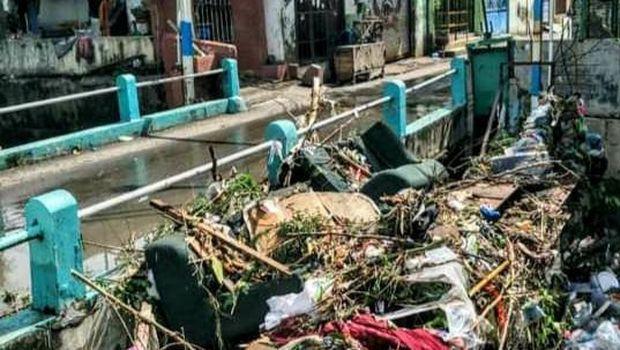 sampah di sungai surabaya