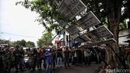 Foto: Aksi Aparat Gabungan Turunkan Atribut FPI