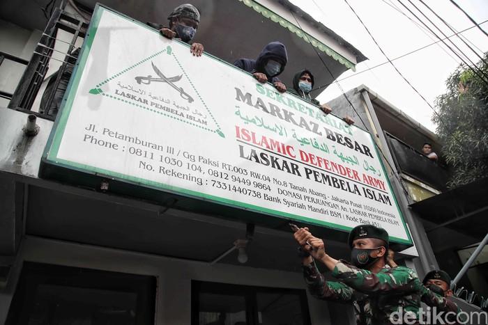 Sejumlah aparat gabungan datangi kawasan Petamburan untuk mencabut berbagai atribut terkait FPI. Pencabutan atribut dilakukan usai pemerintah resmi melarang FPI