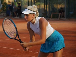 Atlet Tenis Muda Ini Jualan Foto Seksi Demi Membiayai Karier