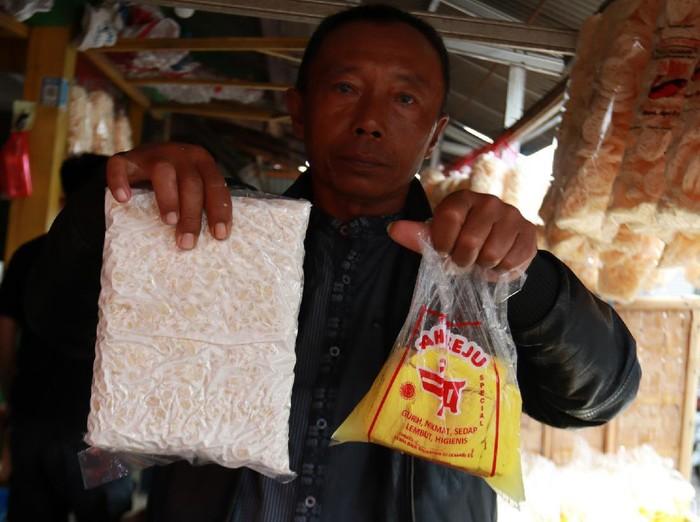 Pedagang tahu dan tempe di Bandung memutar otak untuk siasati harga kedelai yang naik. Caranya dengan memperkecil ukuran tahu dan tempe yang dijualnya.