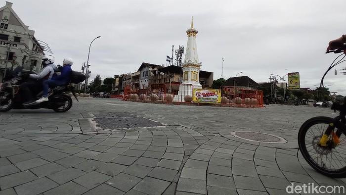 Tugu Pal Putih Yogyakarta kini ditutupi pagar. Hal ini untuk mencegah kerumunan orang selama malam pergantian tahun baru.