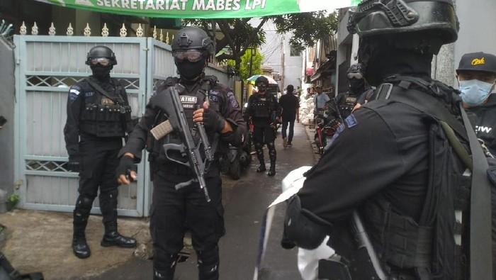 Datangi Petamburan Jakpus, Brimob-TNI Cabuti Spanduk FPI