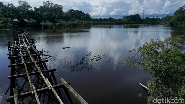 Kondisi jembatan kayu yang dibuat untuk masyarakat menikmati pantulan cahaya di danau khas lahan gambut itu pun hancur tak berbentuk. Begini rupanya kini.