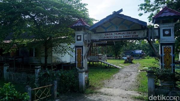 Dapat ditempuh dengan waktu tak lebih dari 25 menit perjalanan dari Kota Putussibau, ibu kota Kabupaten Kapuas Hulu Kalimantan Barat, kawasan wisata alam khas daerah tropis itu pun sudah siap menyambut wisatawan ataupun warga sekitar.