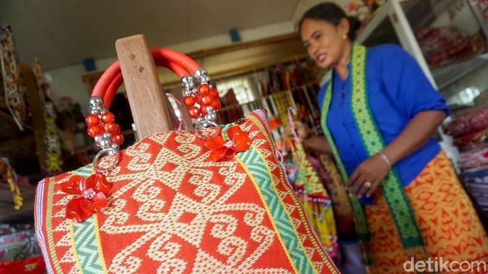 Satu dari sekian banyak tenun khas dayak Iban yang masih bertahan adalah Tenun Sidan. Susana adalah salah satu yang menekuni selama lebih dari dua dekade.