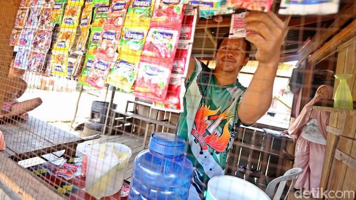 Pandemi COVID-19 tentu membuat berbagai aktivitas ekonomi terbatas. Termasuk juga berdampak pada pelaku UMKM di perbatasan Indonesia-Malaysia, tepatnya di Badau.