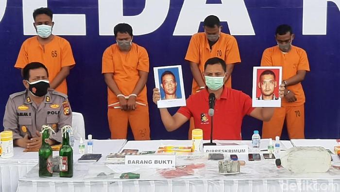 Polisi tangkap 4 orang terduga pelaku pelemparan molotov ke rumah wartawati di Riau. Pelaku disebut mengaku diperintah turut membakar korban.