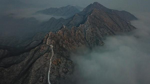 Untuk mencapai Tembok Besar China di Jiankou, pengunjung diketahui harus melakukan hiking lebih dulu selama 45 menit ke atas gunung. Diketahui, bagian tembok di sini memang memanjang sekitar 20 km di atas pegunungan.