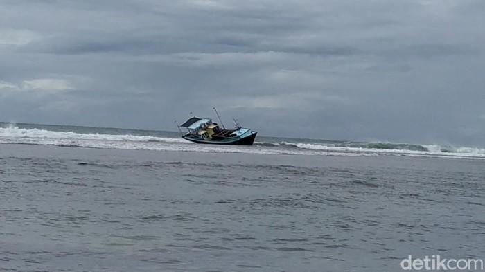Kapal pengangkut nelayan korban pembunuhan terdampar di pantai sancang Garut
