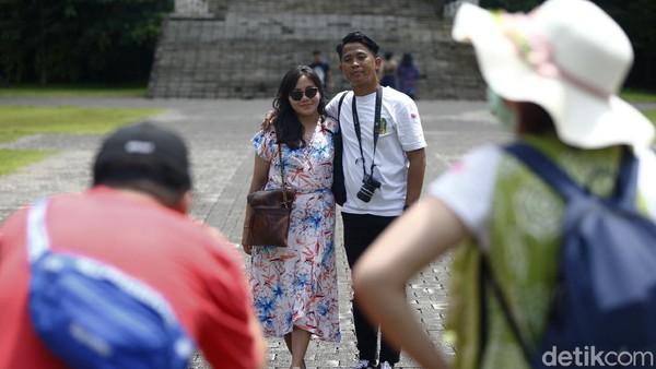 Ada juga pasangan dan terlihat beberapa turis yang main ke GWK.