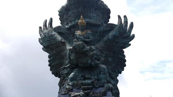 GWK merupakan taman wisata yang terkenal dengan patung-patungnya nan menawan. Salah satu yang paling ikonik adalah patung Dewa Wisnu yang sedang menunggangi garuda.