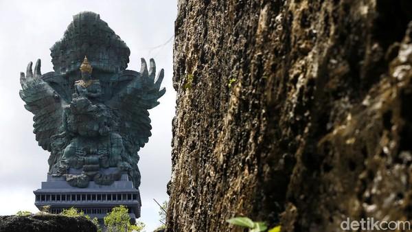 Patung setinggi 120 meter itu kerap menjadi latar berfoto bagi wisatawan yang datang ke sana.