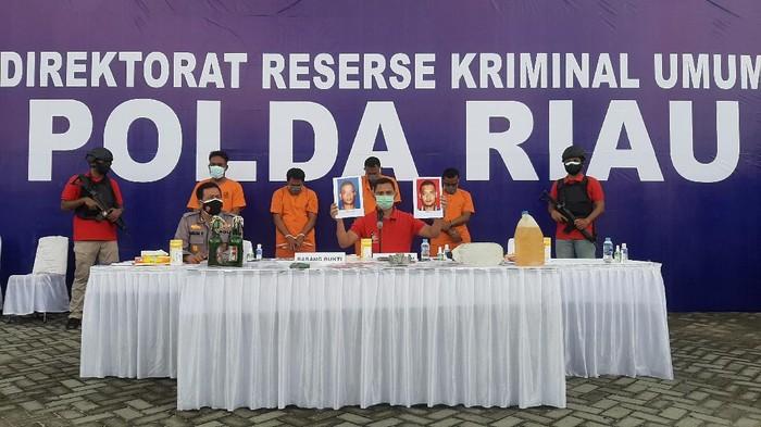 Konferensi pers di Polda Riau soal teror molotov (Raja Adil-detikcom)
