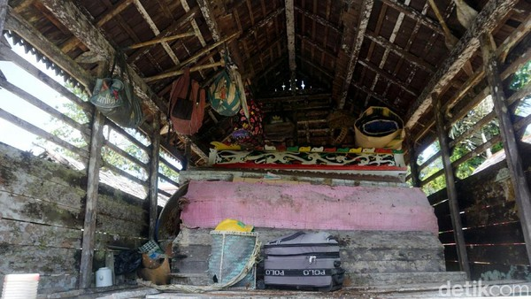 Proses pemindahan pun tak sembarangan, Jenazah-jenazah yang memang berada di peti dan disimpan pada rumah panggung (Rumah Mayat Kulambu) itu pun dipindah dengan ritual dan tradisi yang ada.
