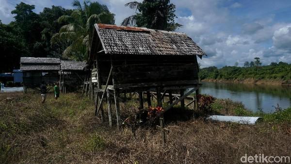 Setelah Dayak Taman pindah dan menempati Rumah Betang Semangkok, Rumah Mayat (Kulambu) itu pun ikut dipindahkan, ke sisi Sungai Menawik.