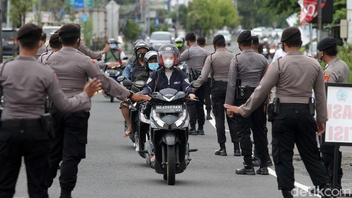 Operasi Yustisi digelar di Jalan Lingkar Utara, Yogyakarta, Rabu (30/12/2020). Pengendara yang tidak menerapkan protokol kesehatan langsung ditindak.