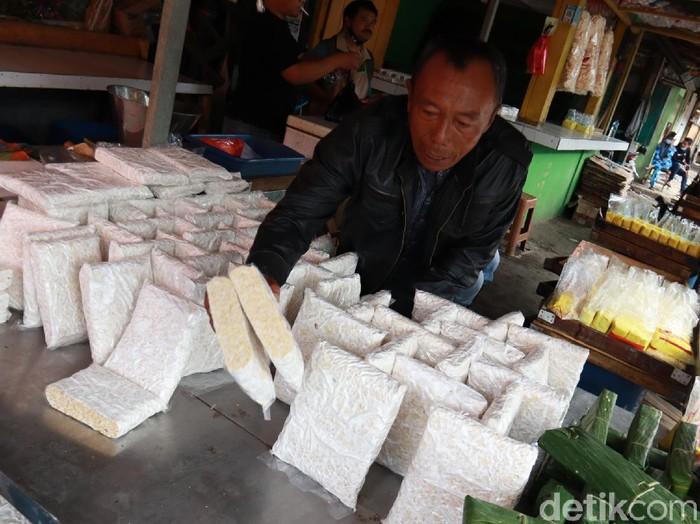 Pedagang tahu dan tempe di Bandung perkecil ukuran imbas mahalnya kedelai