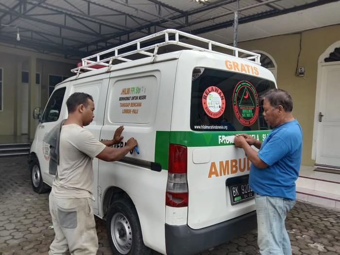 Pelepasan tulisan FPI di ambulans gratis (detikcom)