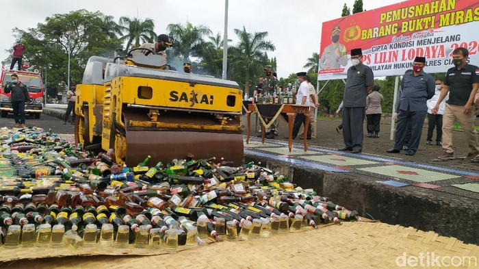 Pemusnahan Botol Miras di Ciamis