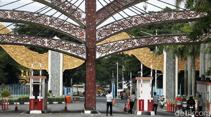 Pemprov DKI Jakarta dan Polda Metro Jaya melarang keramaian saat malam tahun baru 2021. TMII pun tutup saat malam pergantian tahun tersebut.