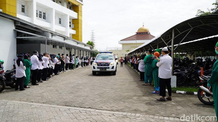 Perawat di RSUD Gambiran Kota Kediri, Soleh Kodin SKep NS meninggal terpapar COVID-19. Kabar duka ini disampaikan Ketua DPW PPNI Jatim Prof Nursalam Mnurs.