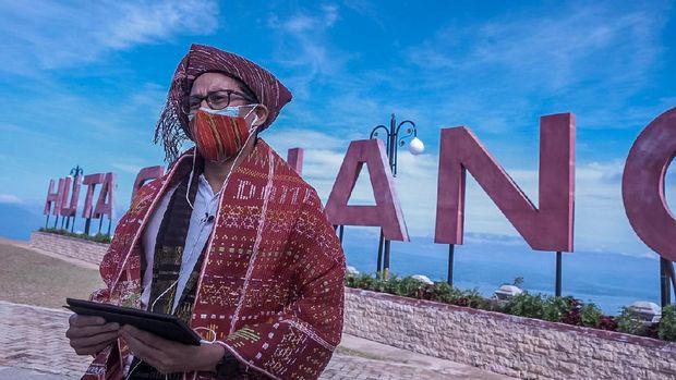Menparekraf Sandiaga Uno saat melakukan kunjungan kerja perdananya sebagai Menteri Pariwisata dan Ekonomi Kreatif ke Destinasi Super Prioritas Danau Toba