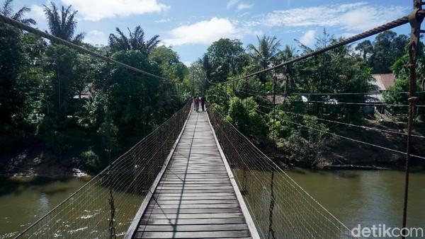 Bagaimana sensasinya? Ya seperti kita jalan atau terbang diatas sungai sepanjang kurang lebih 50 meter. Jembatan gantung yang terbuat dari kayu itu juga diperkuat oleh kawat seling baja yang mengubungkan satu darat ke daratan lainnya.