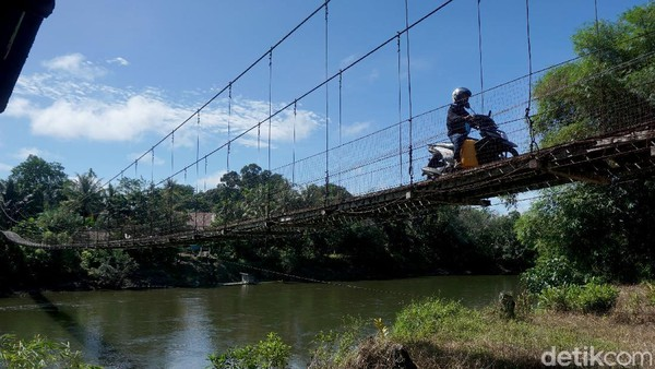Saat tim detikcom menyambangi rumah betang Semangkok, kita harus nyebrang dan melewati dulu sebuah jembatan gantung yang terbuat dari kayu belian (kayu ulin/kayu besi).