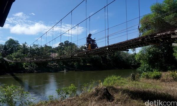 Tak hanya untuk orang, untuk kendaraan bermotor roda dua juga bisa kok menyeberangi jembatan gantung ini. Lihat aja tuh buktinya.