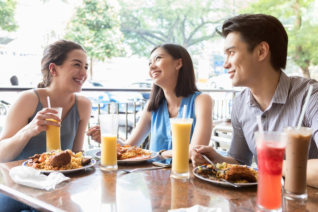 Ternyata Dandan Saat Makan, Buat Orang Pilih Makanan Sehat