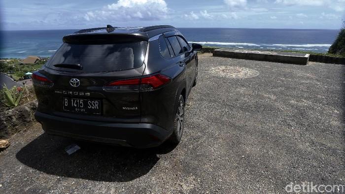 Toyota Corolla Cross Hybrid Mejeng di Pantai Pandawa Bali