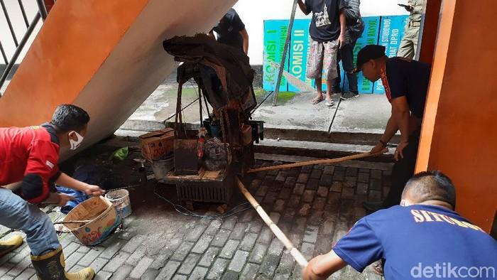 Suasana kantor DPRD Situbondo mendadak gaduh. Seekor ular kobra tiba-tiba muncul di halaman samping kantor, Jalan Kenanga.